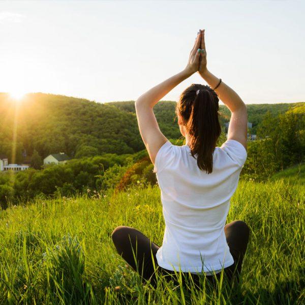 heike höfle yoga im freien frau sitzt im gras